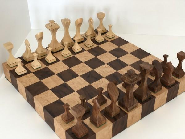 Schachset mit Schachklotz und puristischen Figuren